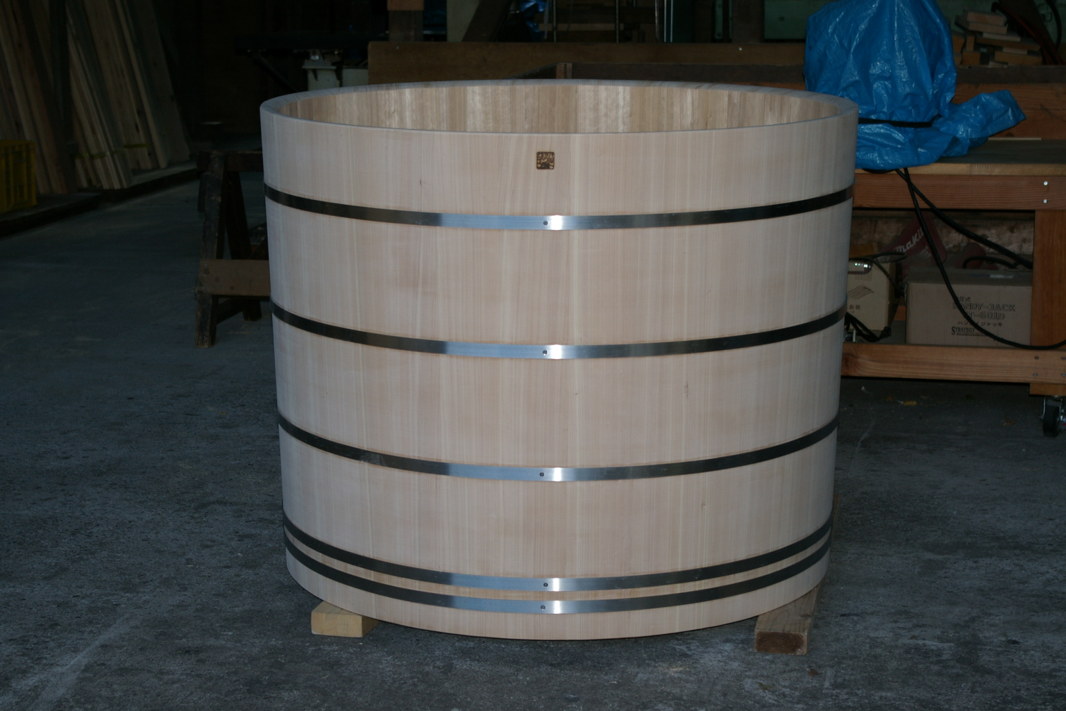Round tub for long island japanese ofuro bathtubs by for Extra long soaking tub