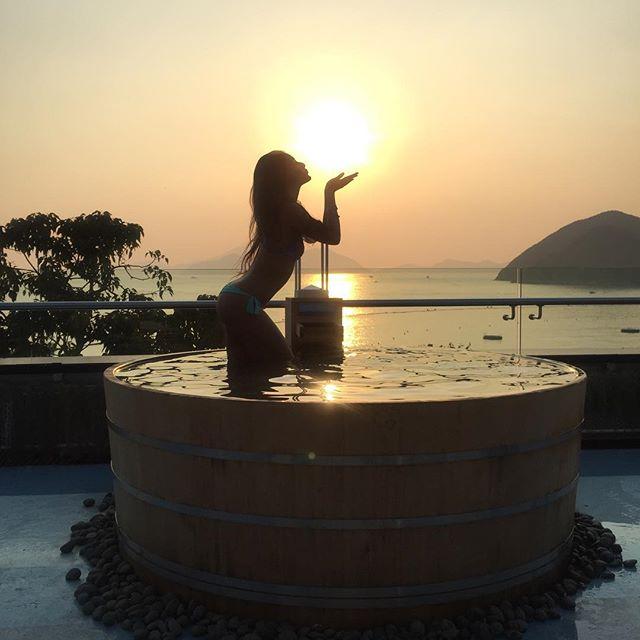 cabana-hk-bartok-bathtub-eat-sun